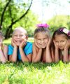 Jaro s dětmi na zahradě